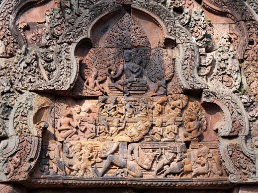 Allein in dieses Relief könnte man sich lange vertiefen: Ravana lässt den Berg Kailash erbeben... Banteay Srei, Kambodscha  (Foto Jörg Schwarz)