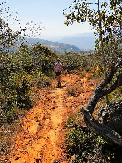 Wir wandern auf der orange-roten Erde, Barichara, Kolumbien (Foto Jörg Schwarz)