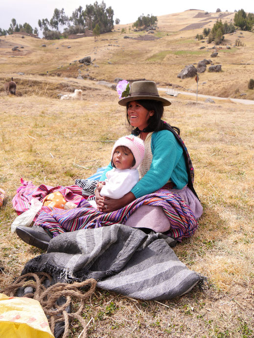 Kurze Pause mit Kind, bei Uchkus Incañan, Peru (Foto Jörg Schwarz)
