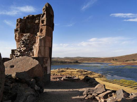 Der höchste der hier gesehenen Chullpas dient als Beispiel für die hohe Baukunst der Zeit, Sillustani, Peru (Foto Jörg Schwarz)