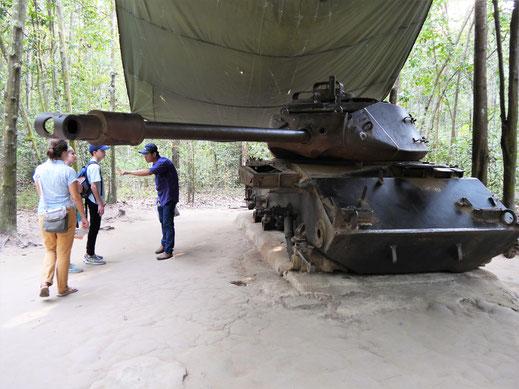 Ein hier gestrandeter US-amerikanischer Panzer... Tay Ninh, Vietnam (Foto Jörg Schwarz)