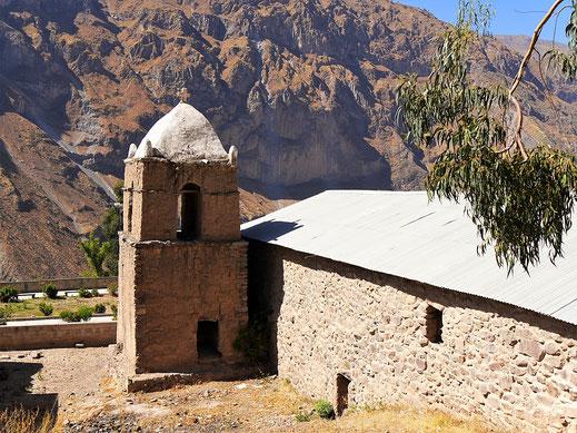 Eine alte Dorfkirche am Rande des Wegs in Malata, Peru (Foto Jörg Schwarz)