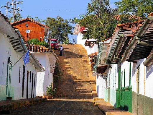 Dort geht es aus der Stadt heraus - Richtung Norden, Barichara, Kolumbien (Jörg Schwarz)