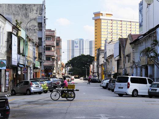 In der westlichen Altstadt Ipohs mit Blick auf die anschließenden Hochhaussiedlungen: Hat was von Berlin...  Ipoh, Malaysia (Foto Jörg Schwarz)