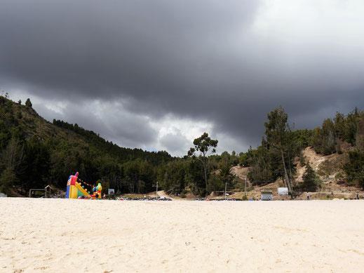 Immer wieder bauen sich in unserem Rücken dunkle Wolken auf - bei uns am Strand scheint derweil (noch) die Sonne, Lago de Tota, Kolumbien (Foto Jörg Schwarz)
