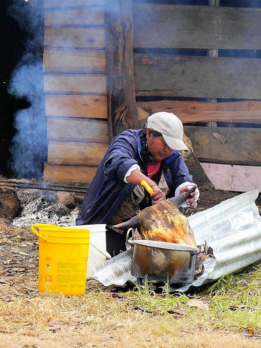 Eine Seebewohnerin bereitet einen Stierkopf zu, Lago de Tota, Kolumbien (Foto Jörg Schwarz)