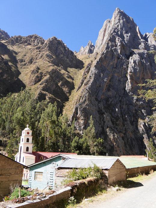 Das Dorf Thomas ist eingebettet in fantastische Bergwelt, Thomas, Peru (Foto Jörg Schwarz)