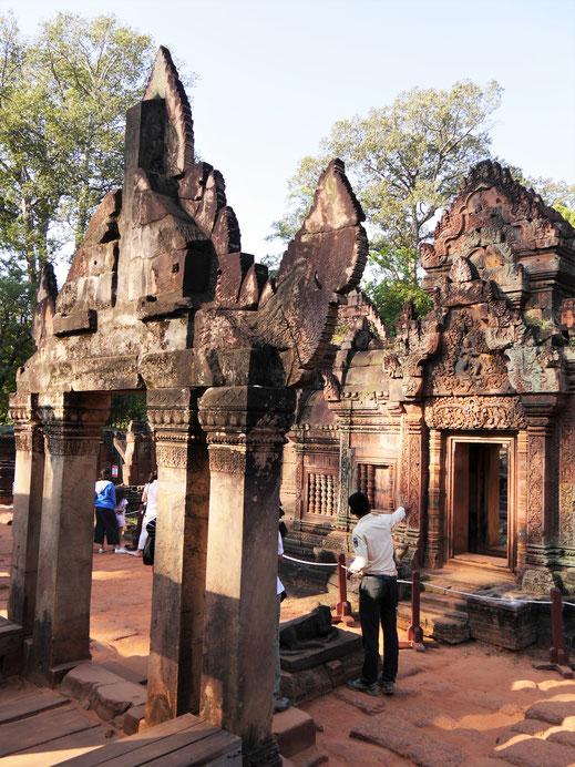 Es gibt aus unserer Sicht nirgendwo besser erhaltene und schönere Giebelreliefs als hier! Banteay Srei, Kambodscha  (Foto Jörg Schwarz)