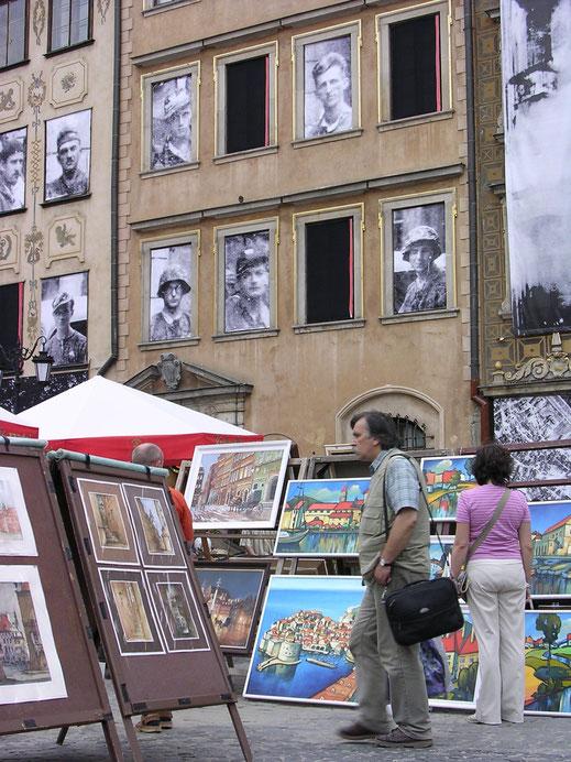 Kommerz, Kunst und Gedenken - Warschaus Fenster halten den ponischen Widerstand in Ehren (Foto Jörg Schwarz)