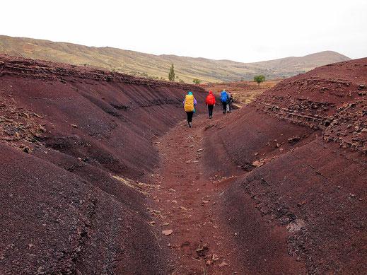 Zerklüftete rote Erde im Krater ... und leider Regen, Crater Maragua (Foto Jörg Schwarz)