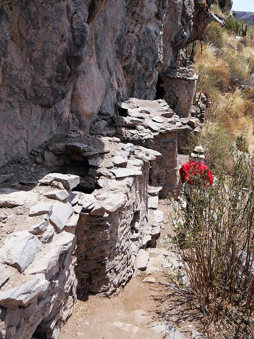 Die gemauerten Inkagräber von Yuraq Qaqa, Chivay, Peru (Foto Jörg Schwarz)