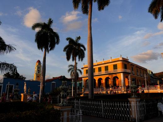 Blick auf die Plaza Mayor in Sonnenuntergangsstimmung, Trinidad, Kuba (Foto Jörg Schwarz)