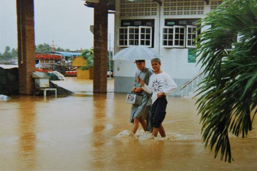 """1997: """"Wir schmeißen mit der alten Autobatterie mal eben das Funkgerät wieder an...!"""" Chumphon, Thailand (Foto Jörg Schwarz)"""