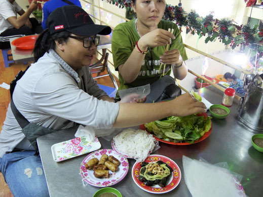 Hier essen wir Frühlingsrollen mit Schwein in allerlei Salaten eingewickelt und Rindfleischhack in Betelblättern... Ho-Chi-Minh-Stadt, Vietnam (Foto Jörg Schwarz)
