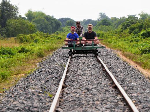 Mit bis zu 40 km/h geht es auf diesen selbstgebauten Bambustrains durch die Reisfelder... Battambang, Kambodscha (Foto Jörg Schwarz)