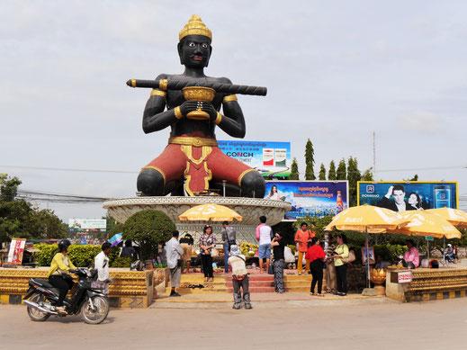 Die Ta Dambang-Statue ist ganztägig Gegenstand von Opferungen und Bitten von Gläubigen, Battambang, Kambodscha (Foto Jörg Schwarz)