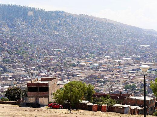 Nur eine Seite der Stadt - Ayacucho vom Mirador aus, Ayacucho, Peru (Foto Jörg Schwarz)