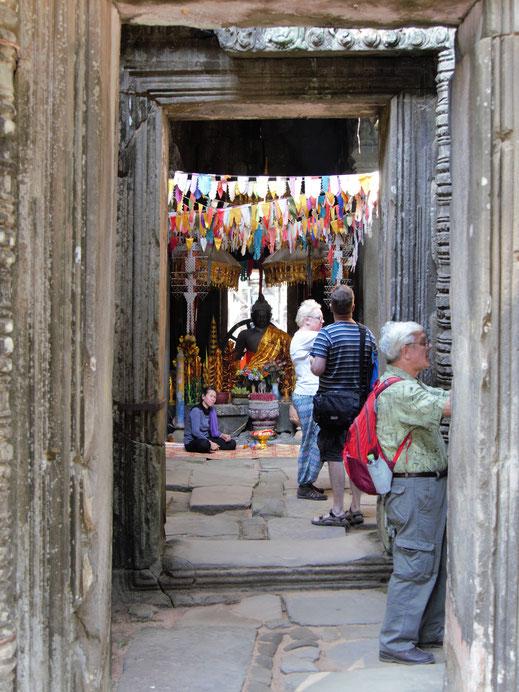 Im Innern finden Buddhisten auch aktuell die Chance zum Gebet, Banteay Kdei, Kambodscha (Foto Jörg Schwarz)