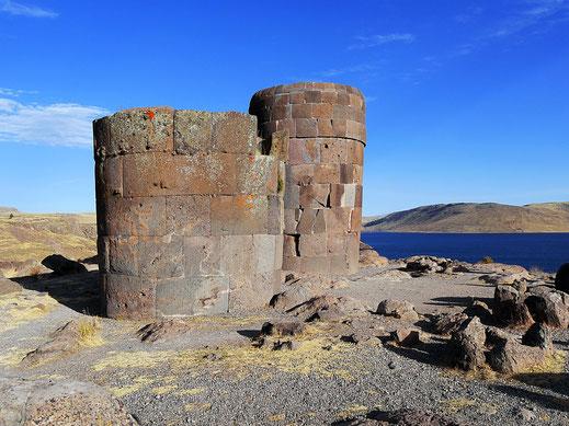 Die feiner gearbeiteten Chullpas der späteren Inka-Ära, Sillustani, Peru (Foto Jörg Schwarz)