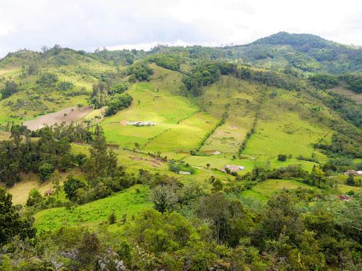 Immer wieder großartige Ausblicke auf die Region, nach der eine Minengesellschaft ggw. die Finger ausstreckt - die Menschen hier werden wohl dagegen stimmen... Gachantivá, Kolumbien (Foto Jörg Schwarz)