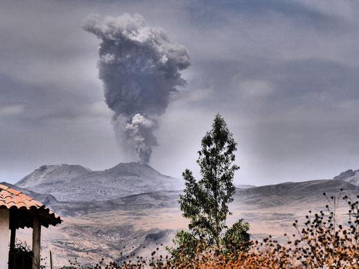 Aschefontänen des Vulkan Sabancaya aus sicherer Entfernung, Chivay, Peru (Foto Jörg Schwarz)