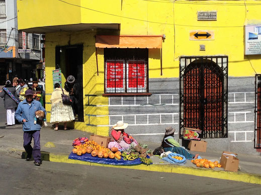Immer wieder kleine spontane Straßenmärkte... La Paz, Bolivien (Foto Jörg Schwarz)