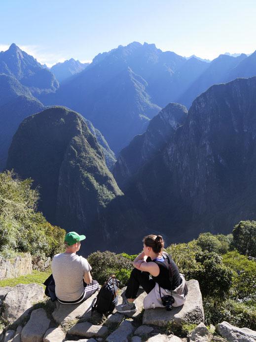 Wer früh am Morgen bei gutem Wetter kommt, der wird die einzigartige Athmosphäre am Berg nicht mehr vergessen... Machu Picchu, Peru  (Jörg Schwarz)