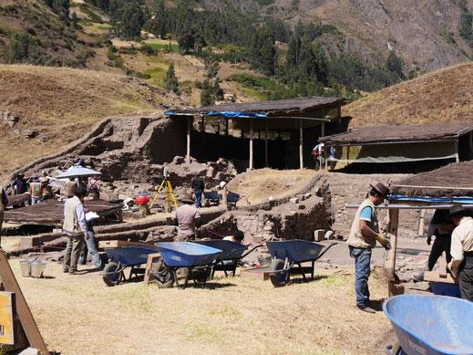 Archäologen bei der Arbeit, Chavín de Huántar, Peru (Foto Jörg Schwarz)