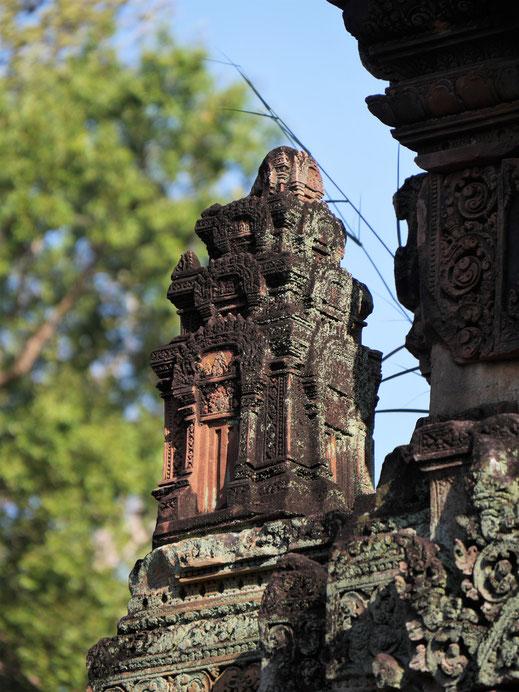 Diese Meruminiaturen runden als Schmuck die großen Tempelecken ab... Banteay Srei, Kambodscha (Foto Jörg Schwarz)