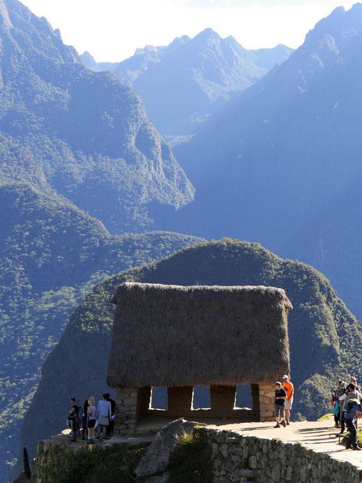 Das Haus des Verwalters vor der atemberaubenden Berglandschaft, Machu Picchu, Peru (Foto Jörg Schwarz)