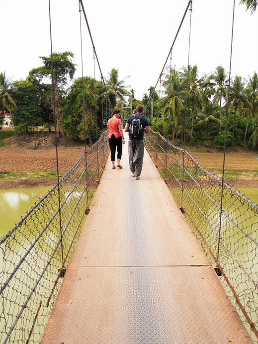 Wir passieren eine Menge Brücken - auch diese Hängebrücke... Bei Battambang, Kambodscha (Foto Jörg Schwarz)