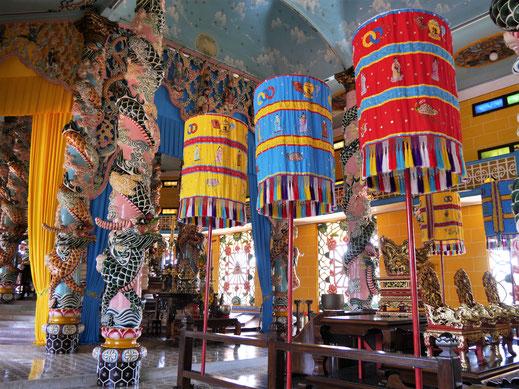 """Überall finden sich die drei """"heiligen Farben"""" der Cao Dai, Tay Ninh, Vietnam (Foto Jörg Schwarz)"""