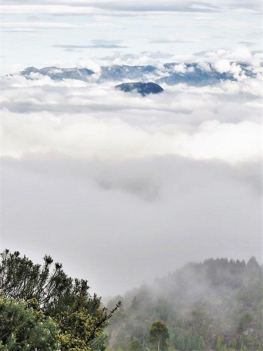 Nur die höheren Gipfel erhaschen einen Strahl des Lichts... Páramo de Ocetá, bei Monguí, Kolumbien (Foto Jörg Schwarz)
