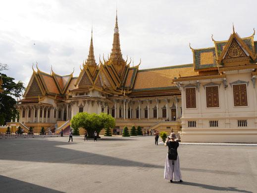 Im Hintergrund die Thronhalle, Phnom Penh, Kambodscha (Foto Jörg Schwarz)