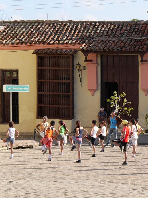 Schulsport auf öffentlichen Plätzen, Camagüey, Kuba (Foto Jörg Schwarz)