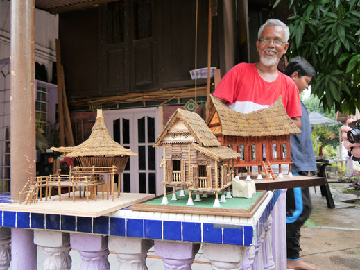 Er baut traditionelle malaiische Häuser in Miniaturform nach... Melaka, Malaysia (Foto Jörg Schwarz)
