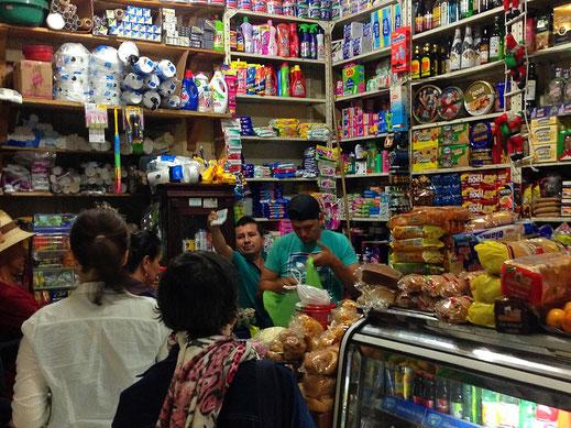 Selbst der Kaufmann - die sog. Tienda - an der Ecke hat Eventcharakter, Barichara, Kolumbien (Foto Jörg Schwarz)
