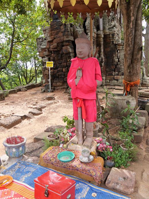 Der farblich vermutlich bestgekleidete Buddha Kambodschas, bei Battambang, Kambodscha (Foto Jörg Schwarz)