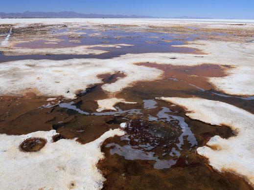 Unter der Salzoberfläche verlaufen Wasserwege und Gase, Salar de Uyuni, Bolivien (Foto Jörg Schwarz)
