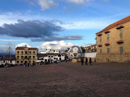 Die Stadt zeigt ihr Hauptprodukt selbstbewußt mitten auf dem großen Platz: Der Leberfußball, Monguí, Kolumbien (Foto Jörg Schwarz)