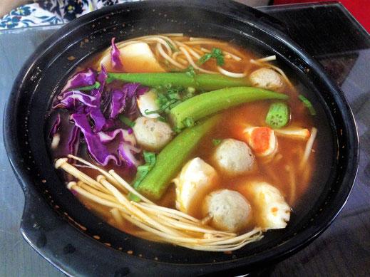 Natürlich essen wir auch in Phnom Penh klasse! Vegetarische Suppe... Phnom Penh, Kambodscha (Foto Jörg Schwarz)