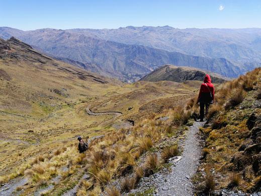 Beim Abstieg ins Tal sind hunderte von Metern zu überwinden, die Aussichten sind spektakulär... Bei Sorata, Bolivien (Foto Jörg Schwarz)
