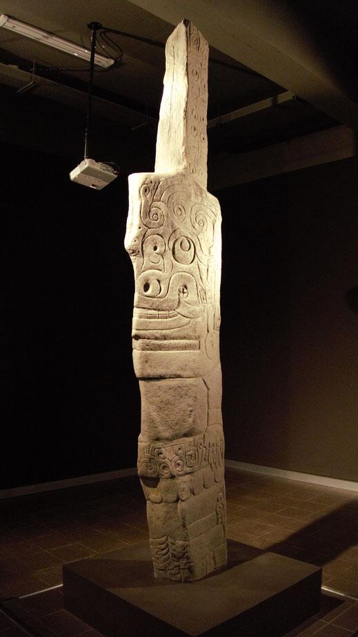 Das größte Heiligtum der Kultur Chavín de Huántar: Der Lanzón, Museum Chavín de Huántar, Peru (Foto Jörg Schwarz)