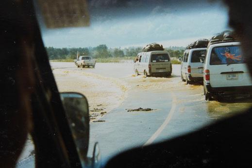 1997: Teilweise wurden die Straßen hälftig weggespült, Auf dem Weg nach Bangkok, Südthailand (Foto Jörg Schwarz)