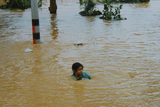 1997: Spielende Kinder vor der Hochwasserskala... Chumphon, Thailand (Foto Jörg Schwarz)