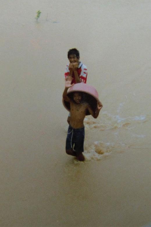 1997: Die Kids hatten trotzdem ihren Spaß, Chumphon, Thailand (Foto Schwarz)