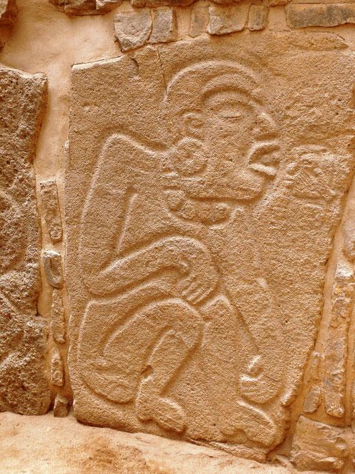 Reliefs, sog. Danzantes, und andere Steinmetzarbeiten finden sich in Monte Albán zahlreich (Foto Jörg Schwarz)