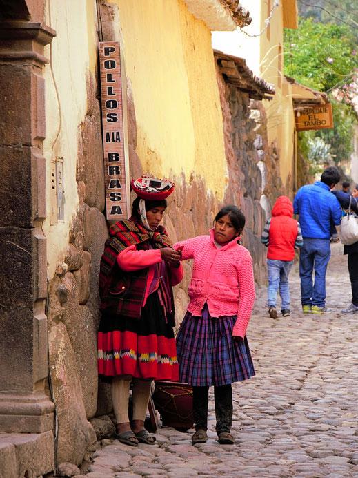 """Indigenas im """"alten Stadtkern"""" von Ollantaytambo, Peru (Foto Jörg Schwarz)"""