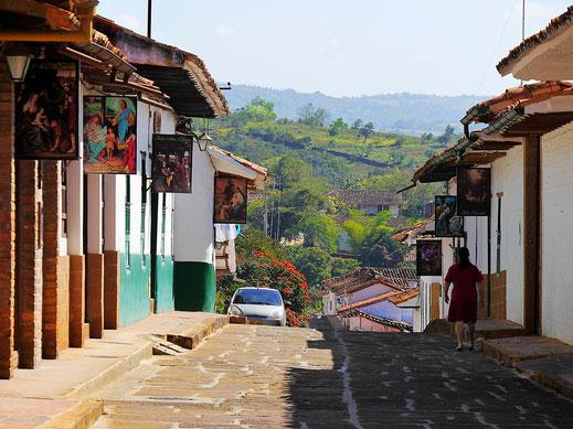 Durch das Auf unf Ab ergeben sich tolle Blicke in die Umgebung, Barichara, Kolumbien (Foto Jörg Schwarz)