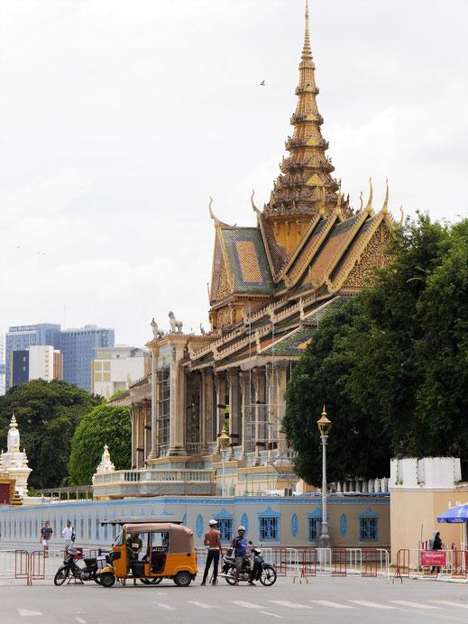 Schon von Weitem strahlt die Silhouette des Königspalast royalen Glanz aus! Phnom Penh, Kambodscha (Foto Jörg Schwarz)